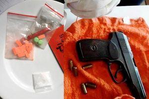 Nhóm nam nữ mang theo súng vào khách sạn chơi ma túy