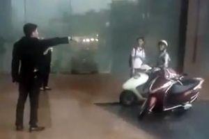 Nhân viên khách sạn Grand Plaza xua đuổi người tránh trú cơn dông