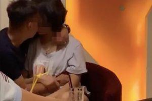 'Khóa môi' phản cảm giữa quán cafe, cặp đôi khiến CĐM ngao ngán vì ý thức