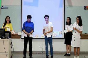 Sinh viên Trường Hoa Sen làm lồng đèn trong tuần lễ Khoa học và Nghệ thuật