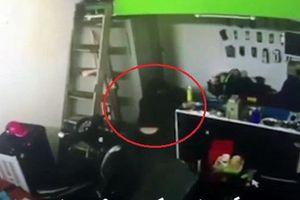 Đột nhập cửa hàng điện thoại, mang két sắt lên ô tô tẩu thoát