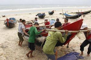 Bão số 4 đổ bộ, Quảng Trị tìm cách liên lạc với 9 tàu, 102 thuyền viên