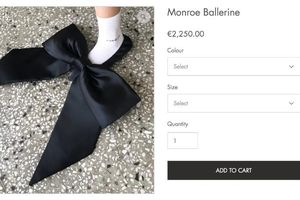 Hơn 2000 Euro cho một đôi giày có chiếc nơ to 'tổ chảng', bạn có dám mua?