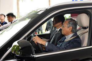 Thủ tướng Malaysia tận tay lái thử VinFast Lux SA 2.0, lái xong được tặng xe... mô hình