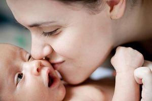 Trẻ mắc một số bệnh nguy hiểm do thói quen 'hôn, nựng' của người lớn