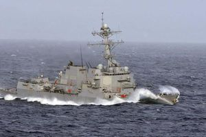 Tàu chiến Mỹ áp sát đá Chữ Thập và đá Vành Khăn ở Trường Sa