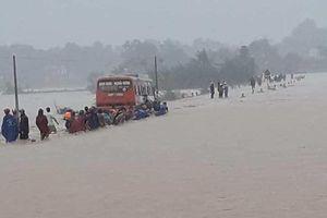 Cố vượt đường ngập lụt, ôtô chở 60 công nhân phải dừng giữa dòng