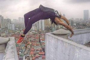 Chàng trai nhảy lộn ngược qua nóc hai tòa nhà cao 18 tầng