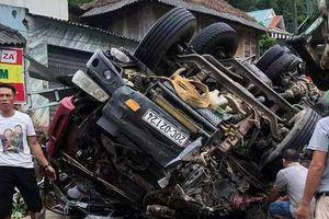 Xe tải lật nghiêng khi đổ đèo, hai người thương vong