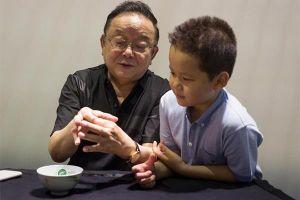 'Hòa Thân' Vương Cương vất vả làm việc ở tuổi 71 để nuôi con nhỏ