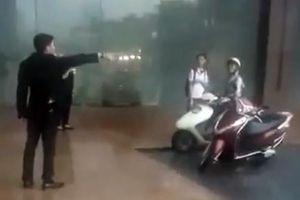 Nhân viên 'đuổi' người đi đường trú mưa: Dân mạng đòi tẩy chay KS Grand Plaza