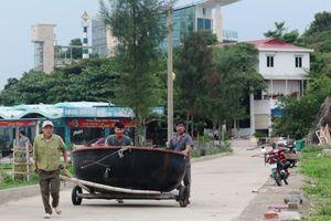 Nghệ An: Tàu cá cùng 16 ngư dân gặp nạn khi tránh bão