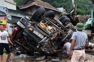 Thanh Hóa: Xe tải đang xuống dốc mất lái, 2 người thương vong