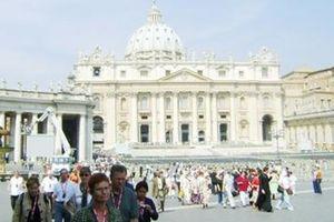 Với người ăn mày ở Thánh đường Vatican