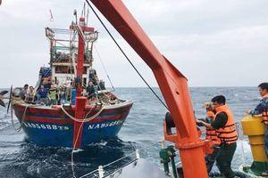 Nghệ An: Lai dắt tàu cá chết máy cùng 16 ngư dân vào bờ an toàn
