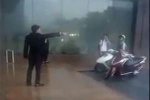 Clip: Bảo vệ khách sạn Grand Plaza đuổi người trú mưa giữa giông lốc gây bức xúc