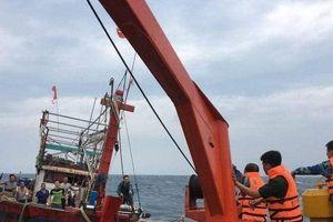 Hành trình hơn 6 giờ vượt sóng, chiến đấu với bão số 4 để lai dắt tàu cá gặp nạn vào bờ
