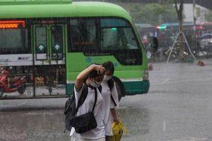 Người dân 'đội mưa' tầm tã rời Thủ đô nghỉ lễ 2/9