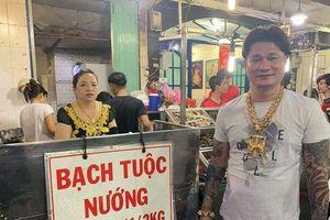 Clip: Xuất hiện người đàn ông đeo 100 cây vàng đứng bán ốc trên phố Sài Gòn