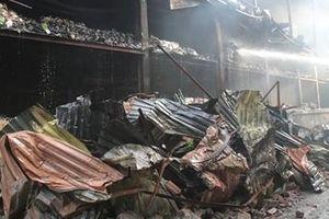 Trận mưa 'vàng' tối 29-8 làm giảm nguy cơ độc hại vụ cháy kho Rạng Đông