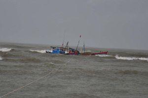 34 ngư dân Quảng Bình mắc kẹt trên vùng biển gần tâm bão số 4 giờ ra sao?