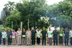 Trao 10 con bò giống cho người dân tỉnh Tà Keo, Campuchia