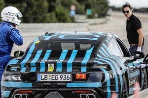 Xe điện Porsche Taycan chinh phục quãng đường 3.425 km chỉ trong 24 giờ