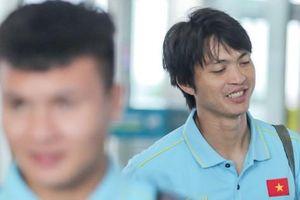 Tuyển thủ Việt Nam ngái ngủ vì phải dậy sớm ra sân bay sang Thái Lan
