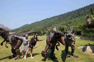 Du khách thích thú lên núi tham gia show diễn 'Khủng long kỳ thú'
