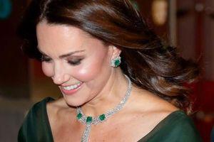 Vì sao Công nương Meghan, Kate không đeo kim cương trước 6h tối?