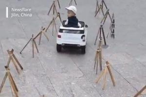 Cậu bé 4 tuổi đã lái xe điệu nghệ khiến người lớn phải trầm trồ