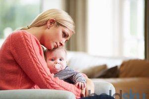 Tắm nước ấm có thể giúp trẻ giảm nghẹt mũi