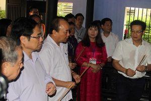 Thủ tướng dâng hương tưởng nhớ Bác Hồ tại nhà lưu niệm ở Huế