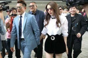 Thiên vương Quách Phú Thành nắm tay vợ trẻ đi xem đua ngựa