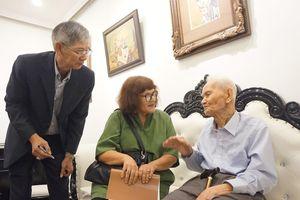 Ông Đạm 97 tuổi đến xem tranh Bùi Xuân Phái vẽ mình