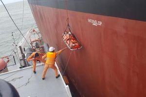 Điều tàu vượt sóng cứu thuyền viên nước ngoài bị nạn