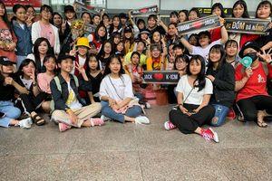 Fan vây kín sân bay Đà Nẵng, cuồng nhiệt chào đón sự xuất hiện của bộ đôi K-ICM & Jack