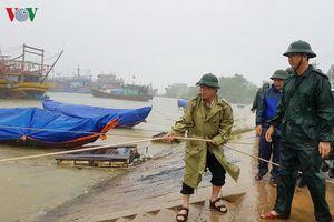 Đối phó với áp thấp nhiệt đới, các tỉnh miền Trung cấm tàu ra khơi