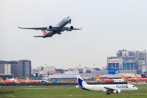 Sân bay Tân Sơn Nhất bên ngoài kẹt xe, bên trong kẹt máy bay