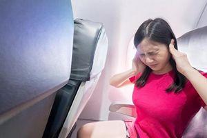 Làm sao để thoát khỏi ù tai lúc máy bay cất và hạ cánh?