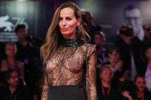 Mặc xuyên thấu hở trọn ngực trên thảm đỏ LHP Venice, sao nữ bị 'ném đá' dữ dội