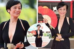 Sao U70 Trung Quốc mặc váy cổ sâu 'thả rông' vòng 1 ở LHP Venice