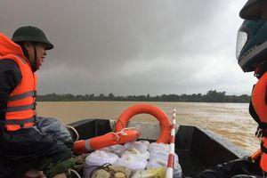 Mưa lớn nhiều xã bị cô lập, bộ đội dầm mưa ứng cứu người dân vùng lũ Hương Khê