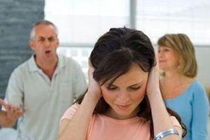 Ca thán chồng đi chơi về khuya: Bố chồng nói một câu con dâu chỉ biết… câm nín