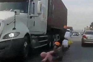 Cả gia đình thoát chết ngay trước bánh xe container