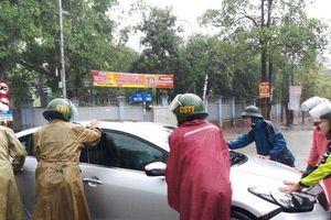 Nhiều xe chết máy vì ngập nước, chiến sĩ công an dầm mưa phân luồng