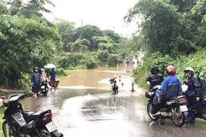 Giao thông chia cắt, lũ các sông đang lên ở Quảng Trị