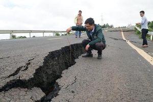 Đường 250 tỷ vừa hoàn thành đã tan nát sau trận mưa