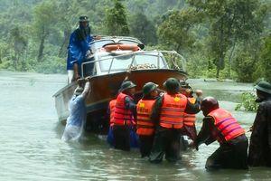 Tăng cường tối đa lực lượng, phương tiện giúp dân khắc phục hậu quả lũ lụt