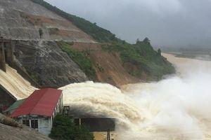 Hồ thủy điện, thủy lợi đồng loạt xả lũ, nhiều khu vực bị ngập, chia cắt